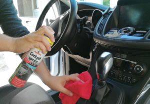 Cockpitpflege als Teil der Innenreinigung gehört dazu bei einer Autoaufbereitung