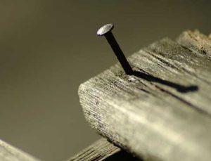 Hervorstehende oder schiefe Nägel sollten entfernt werden.