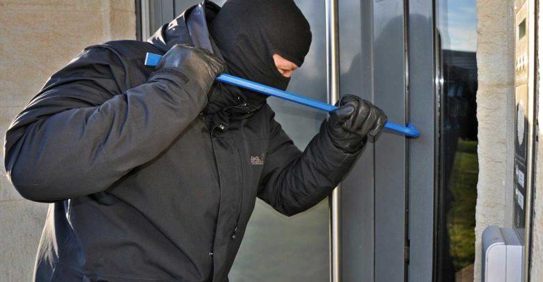 Nicht am falschen Ende sparen. Einbruchschutz an der Tür nachrüsten hält die ersten Versuche bereits im Ansatz auf.